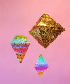 tre forskellige pinatas i guld og regnbuefarver