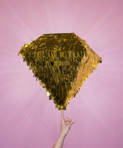 Diamant pinata i guld med pink baggrund