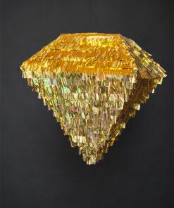 Diamant pinata i guld med sort baggrund