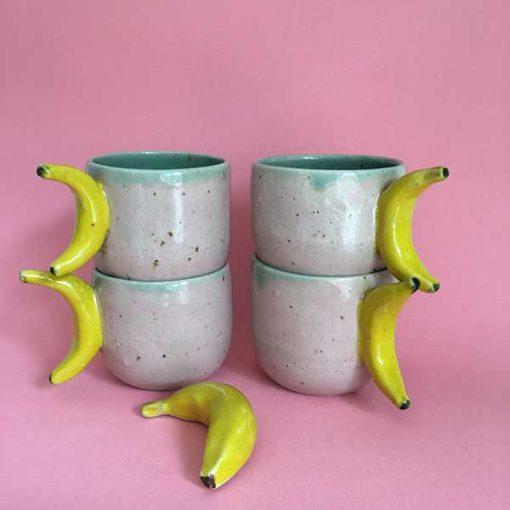 Banankop i lyserød og grøn med gule bananhanke
