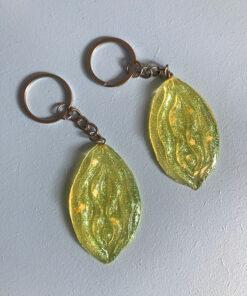 Glitter nøglering med formen af en vagina i lysegul med gult glimmer