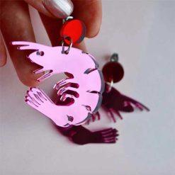 lyserøde reje øreringe i spejlblankt plexiglas