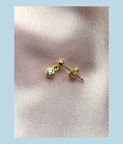 Guld ørestik med rund krystal vedhæng