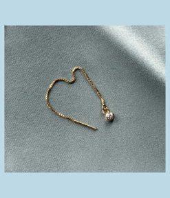 Tynd guldkæde med et lille vedhæng af en krystal.