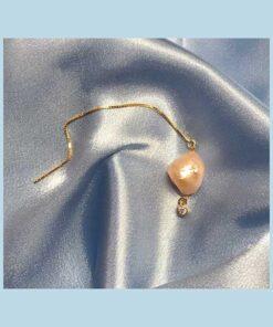 Tynd guldkæde med vedhæng af lyserød barokperle og en rund krystal