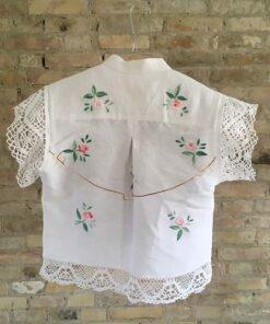 håndsyet skjorte af vintage dug med broderi af lyserøde roser bagpå