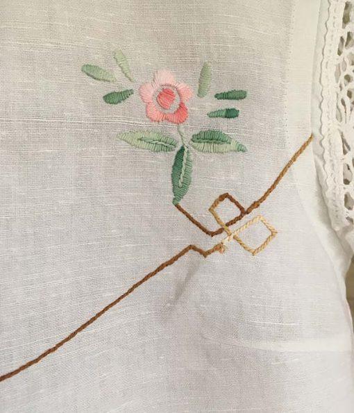 håndsyet skjorte af vintage dug med broderi af små lyserøde roser