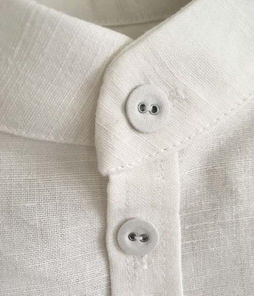 håndsyet skjorte af vintage dug med broderi detaljer af knapper