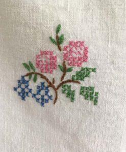 håndbroderi af blomst på hvid skjorte