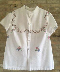 Fin hvid skjorte med håndbroderede blomster