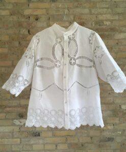håndsyet skjorte med fine blonder i helt hvid fra Floras Døtre