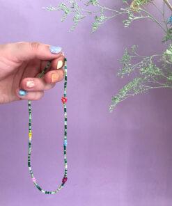 Perlekæde i grøn med små blomster og striber i forskellige farver