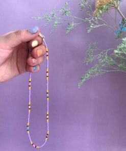 Stribet perlekæde fra Stines Perler med lilla og gule perler