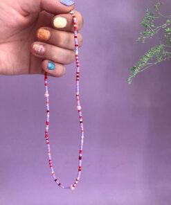 Stines Perler perlekæde i lyserød og lille med tre små barok perler i mellem