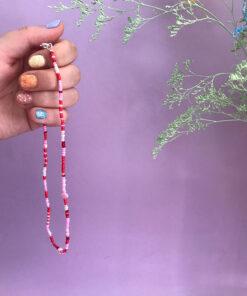 Stines Perler perlekæde i lyserød og rød med små barokperler