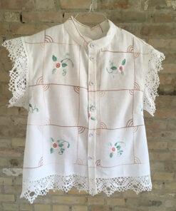 Fin hvid skjorte med smukt blomsterbroderi lavet i genbrugsmateriale