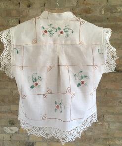 Bagsiden af Fin hvid skjorte med smukt blomsterbroderi lavet i genbrugsmateriale