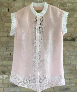 tynd skjorte i lyserøde med blondedetaljer i hvid lavet af genbrugs materiale