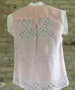 tynd skjorte i lyserøde med blondedetaljer i hvid lavet af genbrugs materiale set bagfra