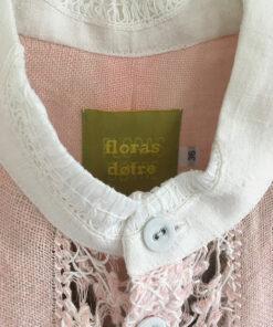 tynd skjorte i lyserøde med blondedetaljer i hvid lavet af genbrugs materiale detalje af krave og knappetand
