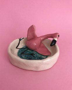 keramik skål med fjollet flamingo der ligger op ad siden