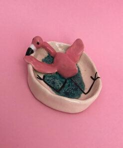 flamingo skål med en lille flamingo der ligger og slapper af