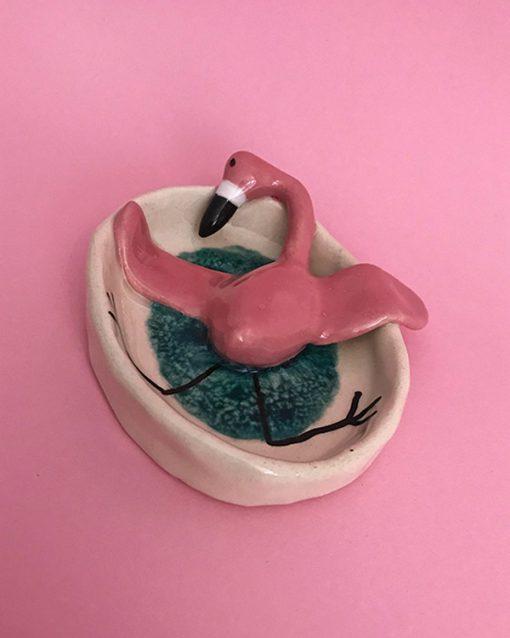 lille keramik skål med lyserød flamingo der ligger og daser