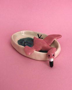 Lille flamingo skål med flamingo der ligger og kigger ud over skålen