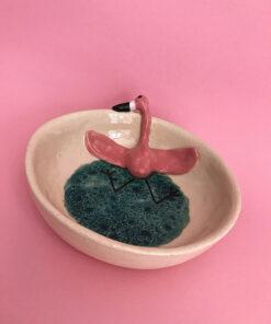 Stor keramik skål med flamingo der ligger op ad siden og slapper af