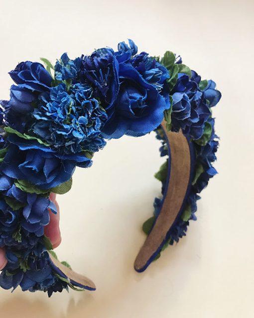 Blomsterkrans blå med store flotte roser i forskellige blå nuancer