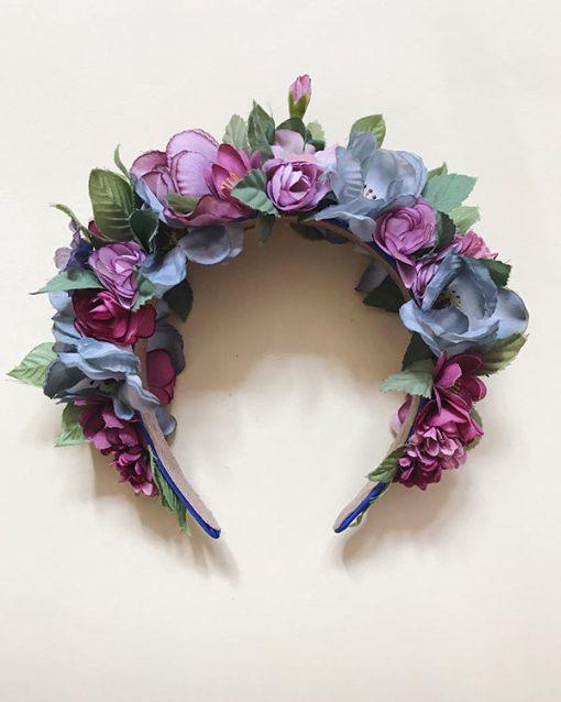 Blomsterkrone i lyseblå med lilla og bordeaux farvede blomster