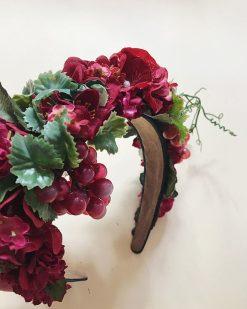 blomsterkrone bordeaux med fine detaljer og vindrueklaser og en tynd udstikker gren