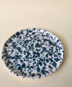 keramik tallerken med en masse pletter i forskellige størrelser i blå