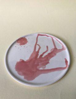 hvid keramik tallerken med lyserød glasur