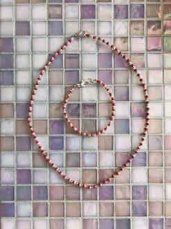 Candy-Cane sæt med armbånd og halskæde i røde og sølv farvede perler.