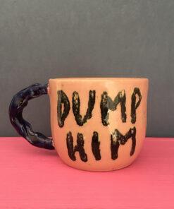 "lyserød keramik kop med teksten ""dump him"""