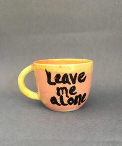 """keramik kop i lyserød med teksten """"leave me alone"""" på fronten"""