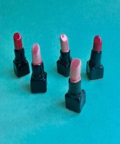Keramik læbestifter af Julie Ebens i lyserød og rød