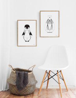 Grafiks plakat af baby pingvin med tynde sorte streger set som indretnings forslag med plakat af isbjørn