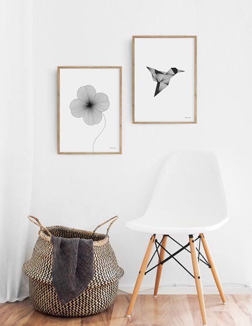 grafisk illustration af firkløver lavet med tynde sorte streger ses på væg sammen med plakat af kolibri