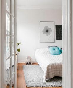 grafisk illustration af firkløver lavet med tynde sorte streger ses på væg i soveværelset