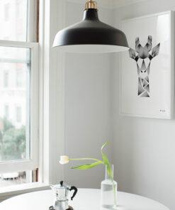 grafisk plakat af giraf lavet med tynde sorte streger set i køkkenet