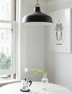 grafisk plakat af Isbjørn med sorte tynde streger set på væg i køkkenet
