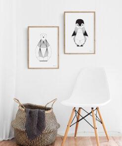grafisk plakat af Isbjørn med sorte tynde streger set på væg sammen med illustration af Pingvin