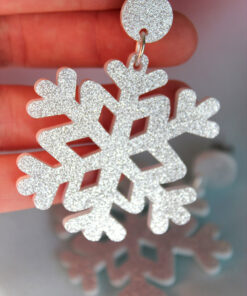 Saisall juleøreringe i plexiglas formet som sølvfarvede snefnug