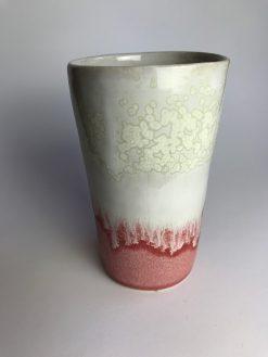 Høj keramik kop i lyserød og hvidt glasur uden hank fra Chandini Ceramics