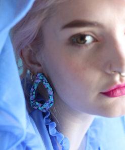 All love øreringe I lilla og blå i en geometrisk form fra Saisall