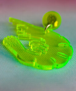 Plexiglas øreringe formet som rejer i neon gul der lyser op i uv-lys