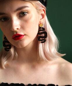 sorte slange øreringe fra Saisall i sort og gul marmor plexiglas