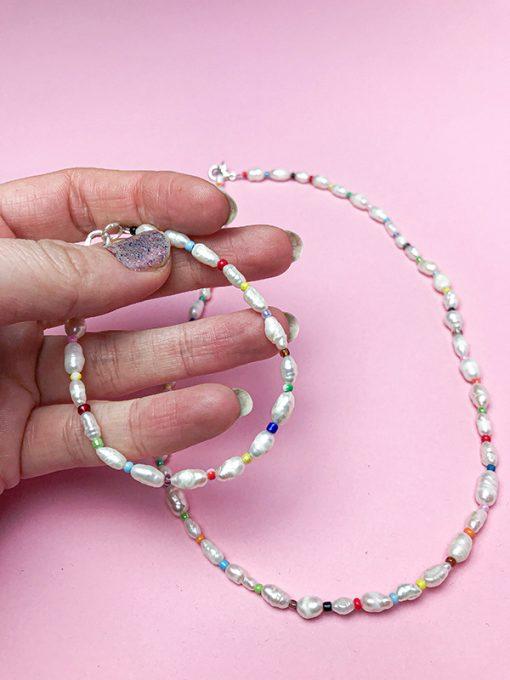candy sæt bestående af halskæde og armbånd med ferskvandsperler og almindelige farvede perler